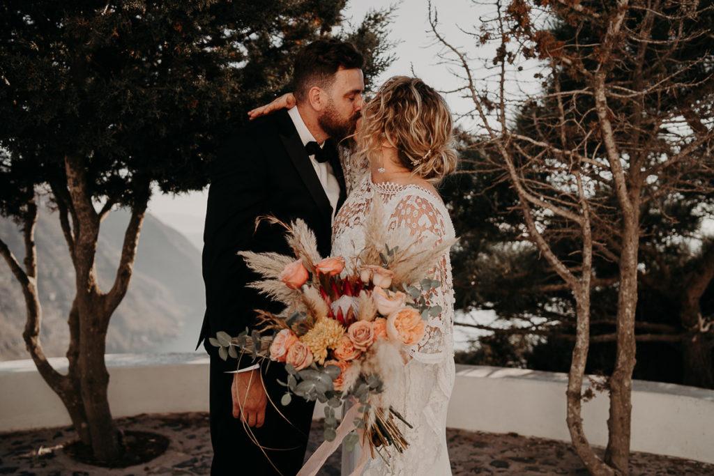 laurene and the wolf elopement santorin julia and evita 61 1 1024x683 - 10 idées pour des photos de mariage cool et stylées